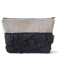 RUFFLED POUCH IN BLACK STRIPES