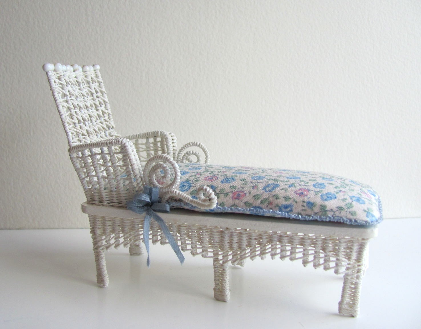 White Cottage Chic Wicker Chaise Lounge 1/12 Miniature ...
