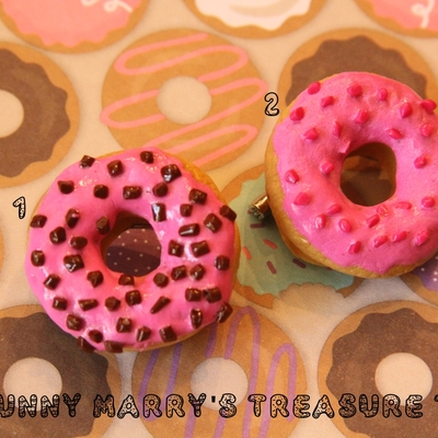 Frosted donut brooches
