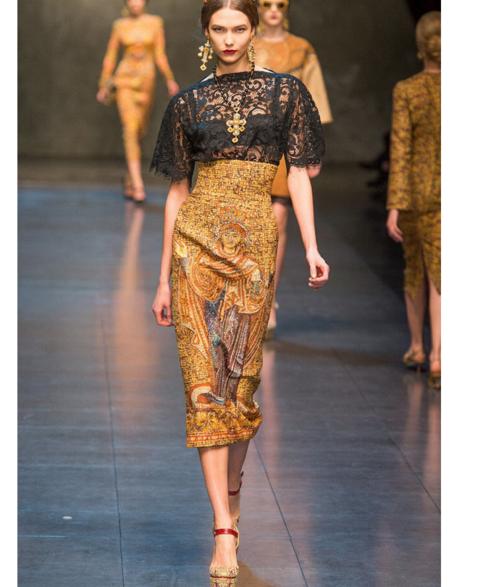 Коллекция выполнена в византийском стиле: роскошные платья, юбк